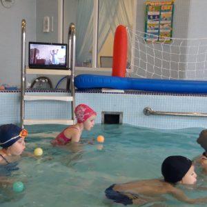 Педагог проводит занятие в бассейне, ребенок закрепляет упражнения дома