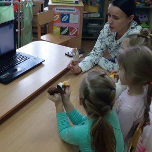 3 ребенка общаются с ребенком, который дома